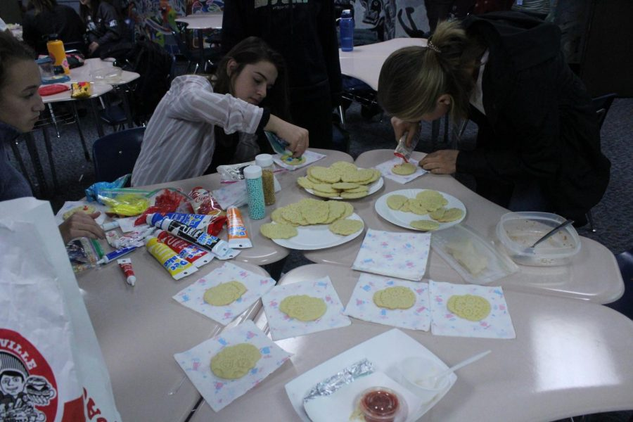 Students frost cookies